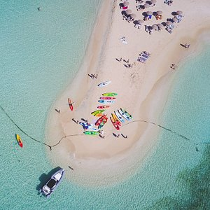 Kayaks on the main beach of Pinel island