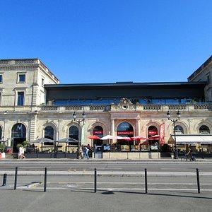 Première Gare de Bordeaux.  Elle fut construite en 1852. Elle accueillera ses derniers voyageurs en 1951.  Elle est située face au quai des Queyries.