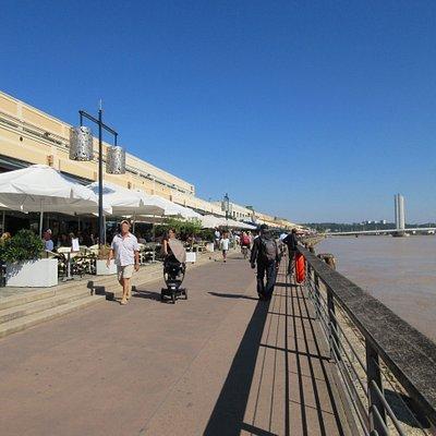 Quai des Marques, restaurants, cafés, terrasses et plusieurs magasins