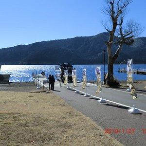 水陸両用車が湖から上がってきます