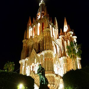 The view of Parroquia de San Miguel Arcángel at night is just increíble! Come and visit us!