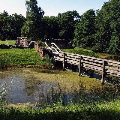 Broen på Asserbo slotsruin.