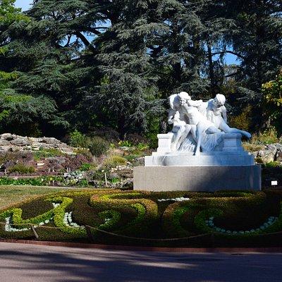 Jardin Botanique de Lyon. Скульптурная группа на территории сада