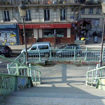 Descente d'un des ponts passerelle sur le Quai de Valmy