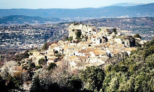 Un petit village du Luberon rempli de charme. Depuis son rocher a plus de 30 mètres de haut, une vue a 360 sur le Luberon.