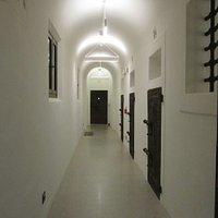 Le porte delle celle, i chiavistelli e le inferriate, sono quelle originali.