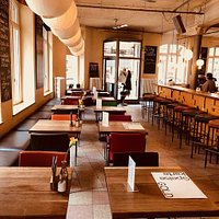 ...Bar- Bereichbei Tage mit Blick auf den Eingang.