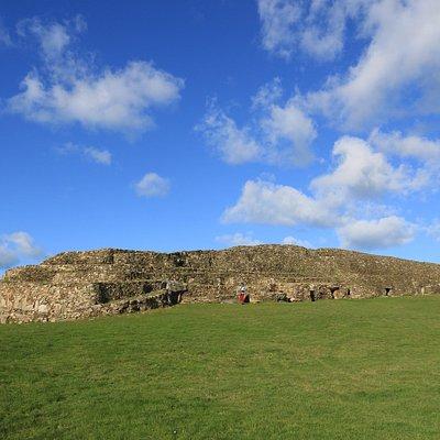 Le cairn de Barnenez vu du sud. Aucune chambre de funérailles est accessible. Si vous vous intéressez sérieusement pour l'époque mégalithique visitez plutôt Gavrinis en Bretagne-Sud. Là-bas la visite vaut bien l'argent d'entrée.