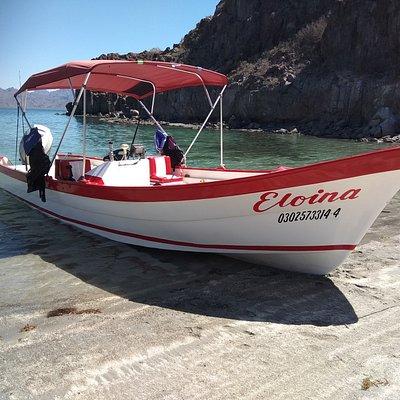 """Nuestra principal embarcación """"Eloina"""". Siéntanse cómodos y seguros en nuestra panga de 26.5 pies y motor Honda de 150HP. Lista para llevarlos a su mágica aventura."""