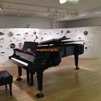 中央部に置かれたグランドピアノ
