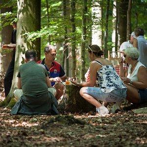 Under trädkronorna njuter vi av lokala delikatesser