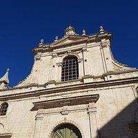 La facciata di Santa Maria di Betlem composta da due ordini di cui il primo risulta l'unico esempio di rinascimento siciliano,applicato all'architettura, sopravvissuto al terremoto del 1693 in provincia di Ragusa.