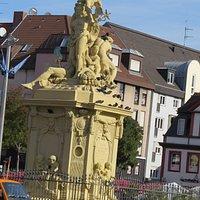 Фонтан, Рейн обнимает город
