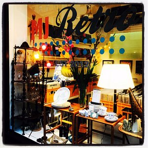 Nice retro shop located on Hornsgatan 153 at Hornstull. You will find vinylrecords, jewlrey in silver and bronze, ceramic and porcelain. Also there is lighting and small furnitures.