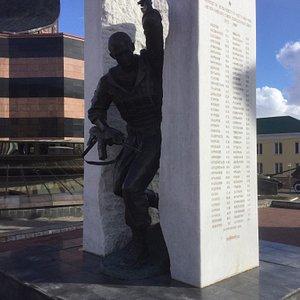 Памятник Воинам-интернационалистам на площади Победы.