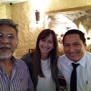 Restaurante Casa de los Geranios, Calle La Ronda, Quito. Con Fabrizio encantador camarero del lugar muy amable y solícito.