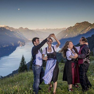 Edelweiss Folkloremode haben wir für Festliche Anlässe entwickelt. Ob das Edelweiss Trachtenkleid oder Edelweiss Kontrasthemden mit Edelweiss Gilets - das passt zu jedem Anlass.