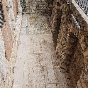 I resti della Basilica Romana inglobati nell'edificio della Soprintendenza- il livello originale
