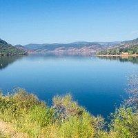 le Domaine se situe sur la route du Lac du Salagou, un site magnifique.