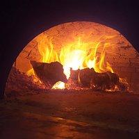Pizza squisita cotta nel forno a legna