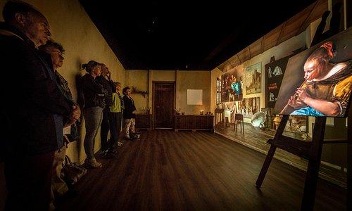 In het pand waar Rembrandt van Rijn zijn eerste schilderslessen kreeg, is een spectaculaire - 7 minuten durende - 'video mapping' gemaakt die een inkijkje geeft in de eerste 25 jaar van het leven van de jonge Rembrandt. Maak kennis met de jonge Rembrandt en de belangrijkste sleutelfiguren in zijn leven. Wat was het unieke talent van Rembrandt? Welke materialen gebruikte hij en hoe?