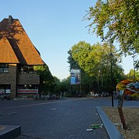 Entree Rensenpark naast Tourist Info Emmen;Rensenpark op terrein van voormalige Noorder Dierenpark Emmen is nu een gratis wandelpark zonder dieren met kinderboerderij
