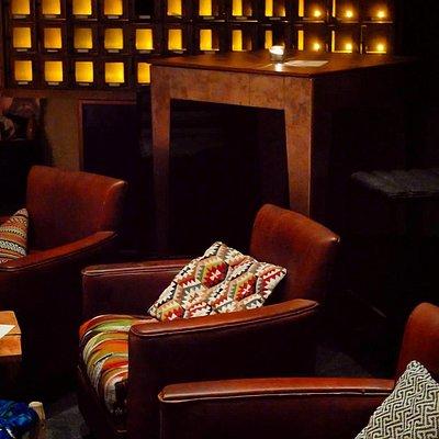Une salle confortable et chaleureuse