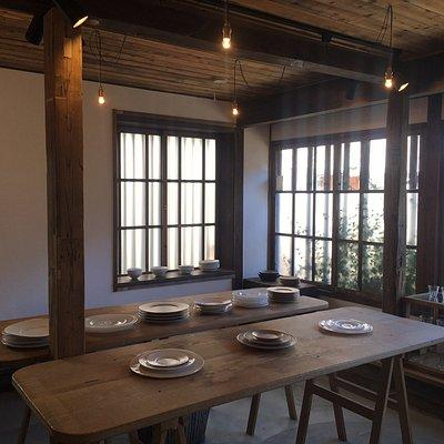 新潮社が企画運営するギャラリースペース。かつて大工寮だった木造建築の一室をうまく活用した展示部屋では、話題の工芸や美術作品の展示販売が定期的に開催されています。
