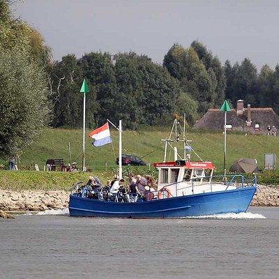 Kozakkenveer vertrekt de haven van Veessen en vaart op de IJssel.