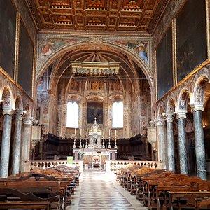 L'interno: la navata centrale
