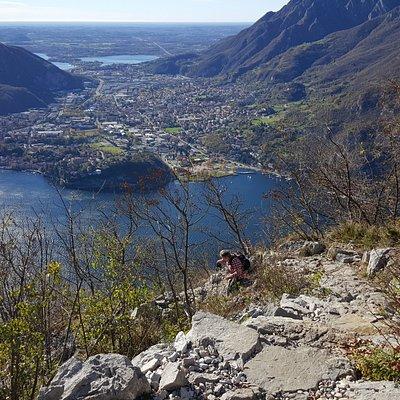 Discesa dal Monte San Martino con sullo sfondo la Baia di Parè, Valmadrera e il Lago di Annone