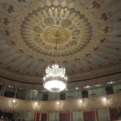 Il soffitto decorato, il grande lampadario appeso.