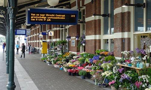 Bloemenverkoop op perron NS Station Hoorn;een Rijksmonument uit 1884