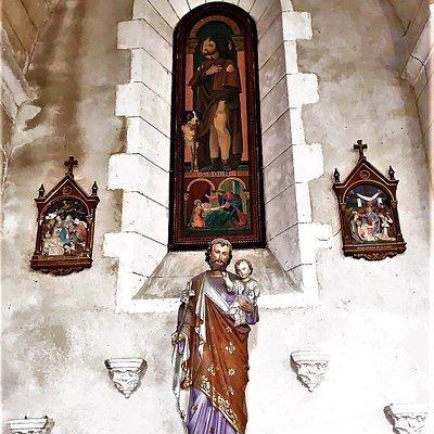 Un élément mobilier remarquable : l'antependium. Je conseille la visite de cette église pour l'histoire du monument et quelques éléments à voir : une cloche déposée au sol sur un portant, une tribune en bon état qui permet d'avoir une bonne vue d'ensemble et un antependium, élément fort rare en Charente.