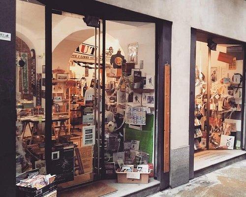 Le vetrine della Libreria Aut che si affacciano in via Barbaroux 8 a Torino, ricche di libri di svariati generi, vinili giocattoli e t-shirt