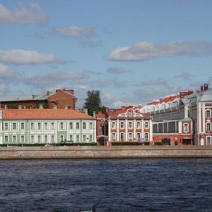大学河畔通りのサンクトペテルブルク大学。右の建物が12棟の学院館。
