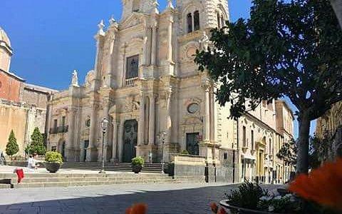 Cittadina acese  ospita  nella  stessa piazza  il  duomo  e la  cattedrale : quest'ultima  ,  la Cattedrale  in verità dedicata  a Maria Santissima Annunziata  , custodisce  ed  è  sede  di  pellegrinaggi  per le  spoglie  di  Santa  Venera .