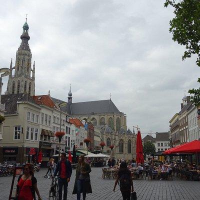 VVV Breda Grote Markt; uitzicht over de Grote Markt en Grote Kerk Breda