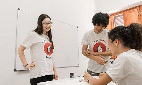 Gli studenti mettono in pratica le spiegazioni degli insegnanti, che li assistono e li consigliano.