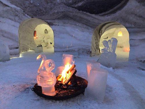 Atrium mit Feuer, Eis, Schnee und beeindruckenden Kunstwerken