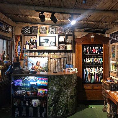 Très joli choix de qualité d'artisanat indigène avec une présentation magnifique et un charmant accueil. Ils ont également une autre boutique dans un petit centre artisanal sur la calle Real (carrera 6), avec un accueil charmant également, qui explique bien les produits et leur provenance.