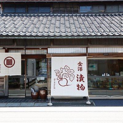 金沢の伝統的な町屋の姿をとどめる弥生本店は明治時代に建てられたもの。金沢から鶴来に向かう旧街道に面しており、本店のある一帯は重要伝統的建造物保存地区に位置します。