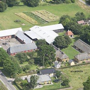Luftfoto er fotograferet af AT Luftfoto i 2014. Den oprindelige firelængede gård Vroldgaard til venstre og bygningerne til højre i billedet er nedtaget på deres første opførelsessted og restaureret og genopført på Museet.