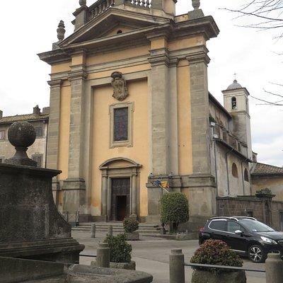 la facciata monumentale della chiesa