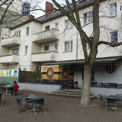 Rückseite eines Turmstraßen-Cafés