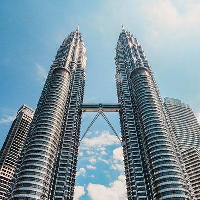 Die Petronas Towers sind das wohl bekannteste Wahrzeichen von Kuala Lumpur. Und sie sind wirklich beeindruckend. Allerdings bekommt man sie ohne Weitwinkel genauso schwer auf die Linse wie den Burj Khalifa :-)