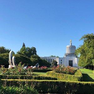 Jardins e prédio belíssimos