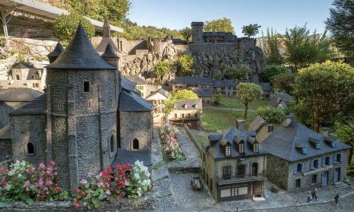Mon grand père a mis 2 ans pour faire le Château Fort .