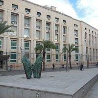 La piazza e sullo sfondo il palazzo di giustizia