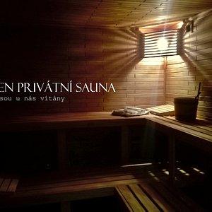 Interiér naší sauny. Ceník ve vždy za pronájem celých prostor pro až 4 dospělé osoby.